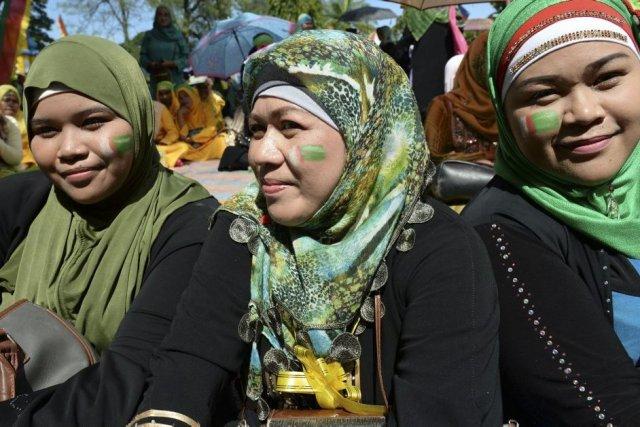 Des femmes musulmanes avec le logo duFront moro... (Photo AFP)