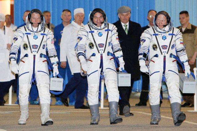 Les membres de l'équipage qui s'est envolé hier... (PHOTO MAXIM SHEMETOV, REUTERS)