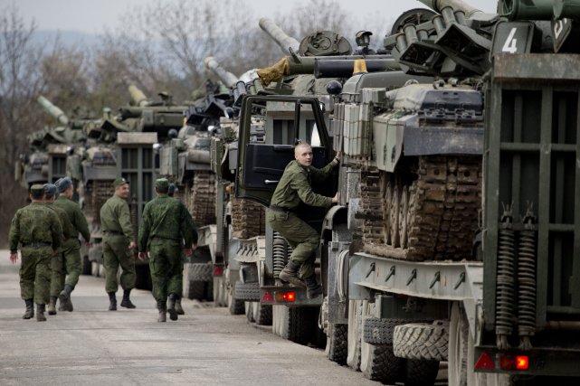 Des troupes russes envoyées en Ukraine.... (Photo Pavel Golovkin, AP)