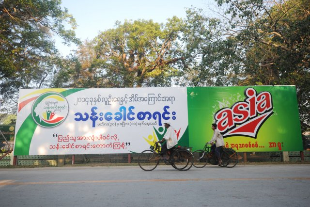 De grandes affiches l'annonçant sont visibles dans les... (PHOTO SOE THAN WIN, AFP)