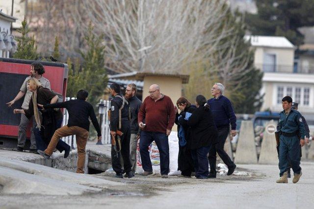 La police locale a escorté des étrangers à... (PHOTO OMAR SOBHANI, REUTERS)