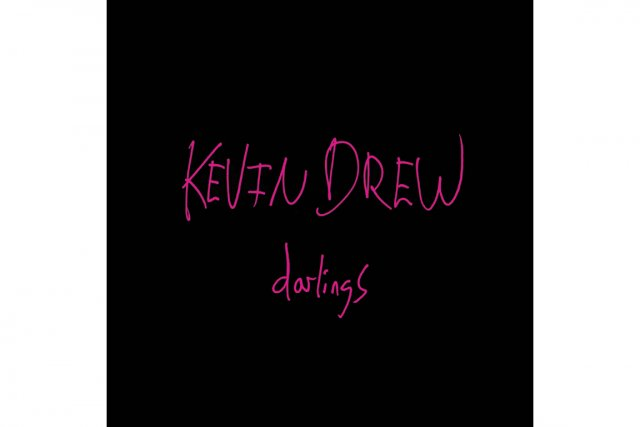 Il suffit de quelques secondes pour reconnaître la voix de Kevin Drew, vétéran...
