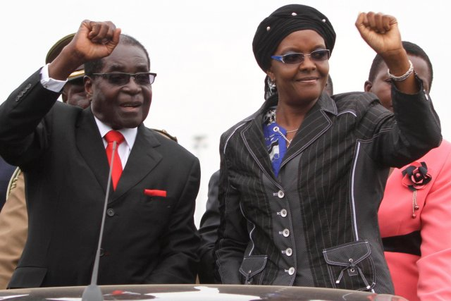 Le président zimbabwéen Robert Mugabe et son épouse... (Photo Philimon Bulawayo, Reuters)