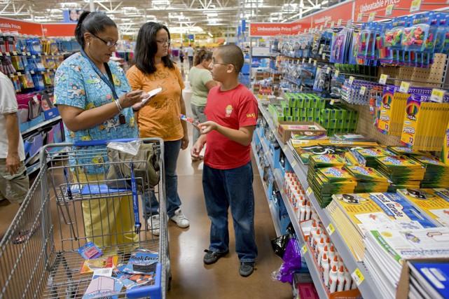 Les dépenses des consommateurs représentent 70 % de... (PHOTO ARCHIVES BLOOMBERG)