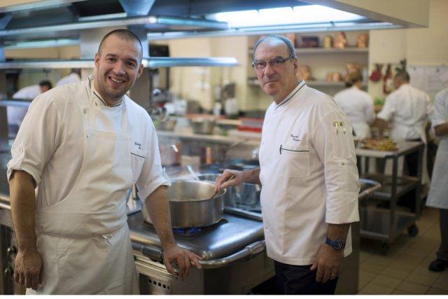 Le chef de l'Elysée, Guillaume Gomez (à droite,... (Photo Martin Bureau, Reuters)