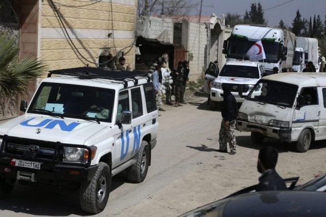 Des combattants de l'armée syrienne libre escortent un... (Photo BASSAM KHABIEH, Reuters)