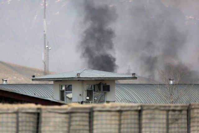 Une épaisse fumée noire s'élèvait au-dessus de la... (PHOTO MOHAMMAD ISMAIL, REUTERS)