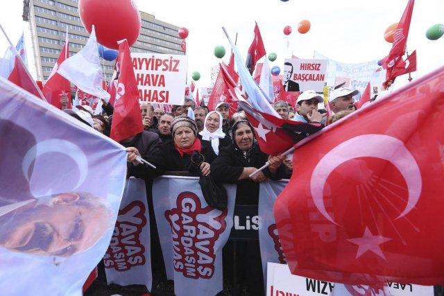Des partisans de l'opposition brandissent des drapeaux turcs... (PHOTO ADEM ALTAN, AFP)