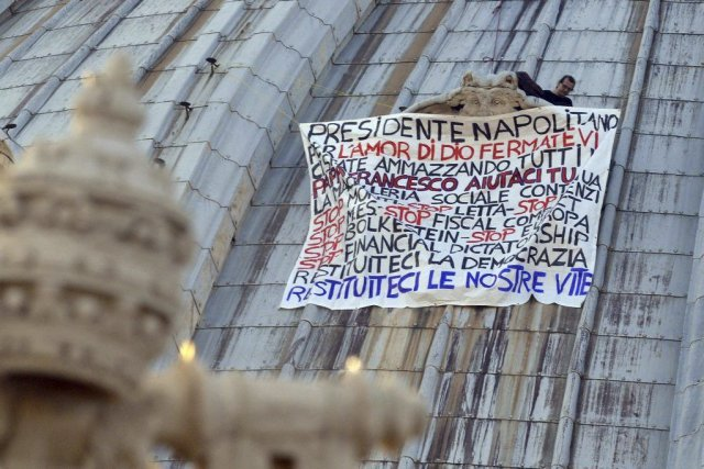 Marcello Di Finzio a déployé une banderole blanche... (PHOTO ANDREAS SOLARO, AFP)