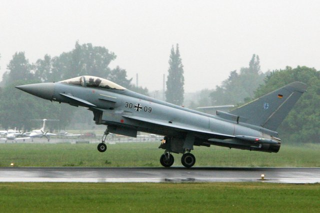 Un chasseur Eurofighter Typhoon de l'armée de l'air... (Photo archives AFP)