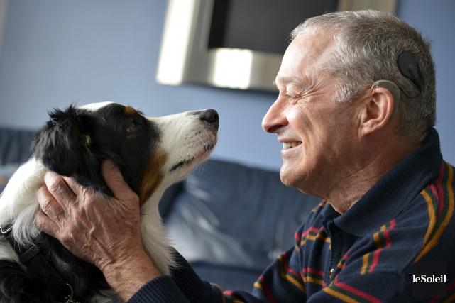 Robert Delarosbil avec son chien d'assistance Christina.... (Photo Le Soleil, Yan Doublet)