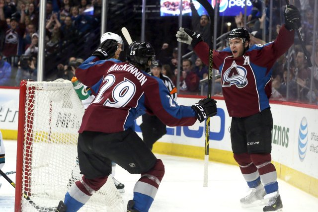 Nathan MacKinnon festoie son but avec son coéquipier... (Photo David Zalubowski, AP)