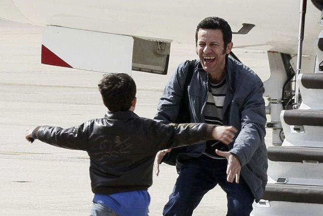 Le journalisteJavier Espinosa a été accueilli par son... (PHOTO PACO CAMPOS, AFP)
