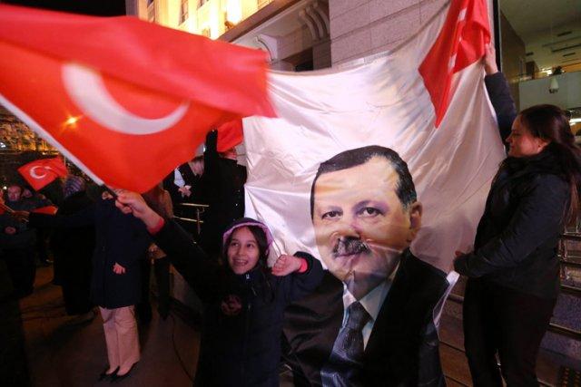 Des supporters deRecep Tayyip Erdogan célébraient dimanche devant... (Photo: AFP)
