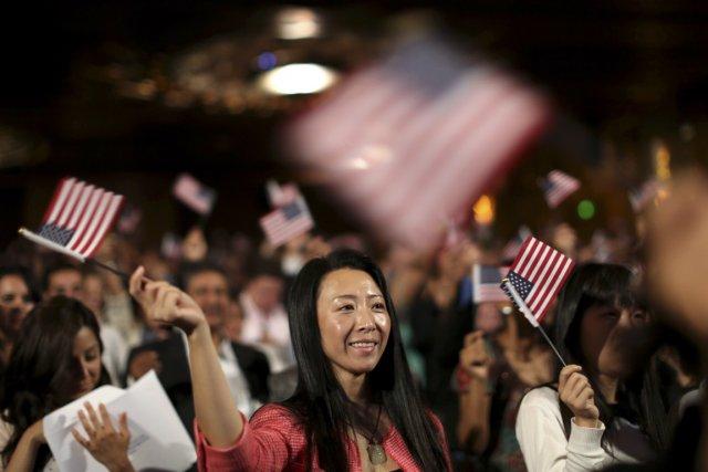 Une immigrante chinoise brandit un drapeau des États-Unis... (PHOTO ROBERT GALBRAITH, REUTERS)