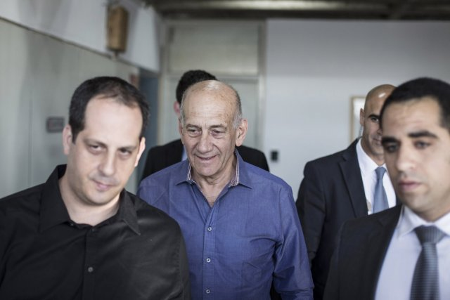 Ehud Olmert lors de son arrivée au tribunal... (PHOTO OLIVER WEIKEN, REUTERS)
