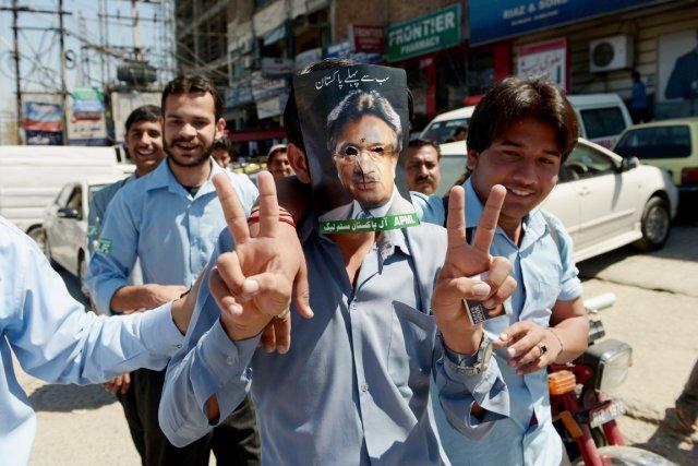 Des étudiants pakistanais manifestent leur soutien à l'ex-président... (PHOTO FAROOQ NAEEM, AFP)