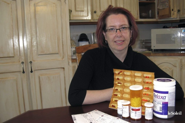 Marie-Claude Sauvageauprend maintenant 18 pilules tous les jours.... (PHOTO GENEVIÈVE GÉLINAS, LE SOLEIL)