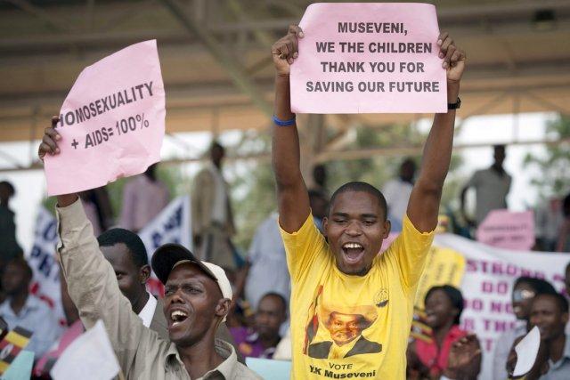 Des milliers d'Ougandais ont défilé lundi autour du... (PHOTO REBECCA VASSIE, AP)