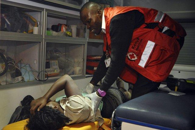 Une femme est secouru par un paramedic, après... (Photo Simon Maina, AFP)