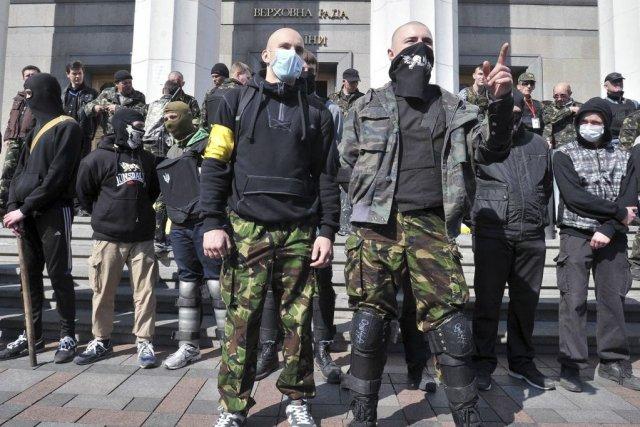 Des partisans du parti d'extrême droite Pravy Sector... (Photo GENYA SAVILOV, AFP)