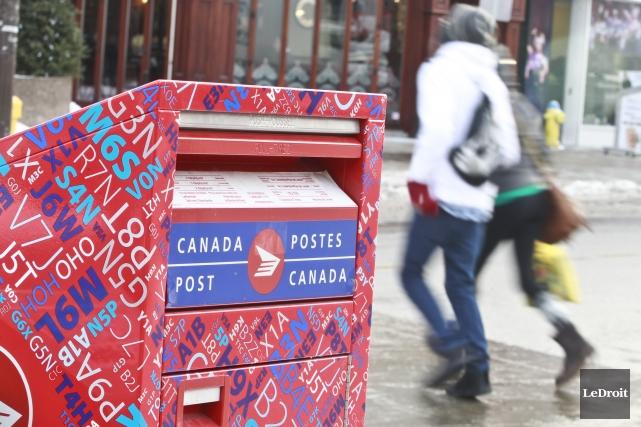 Les fortes hausses du prix des timbres et des tarifs chez Postes Canada, qui... (Photo Patrick Woodbury, Archives Le Droit)