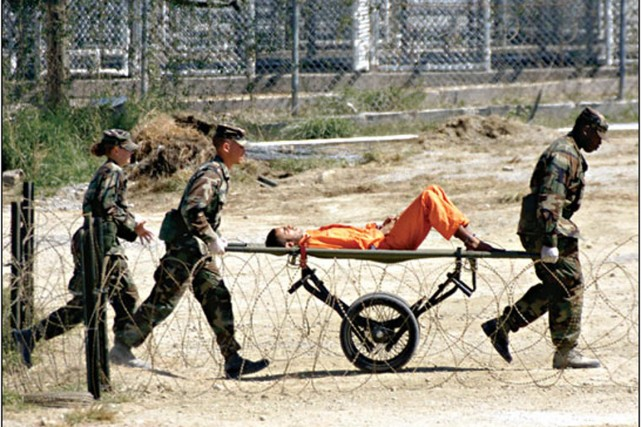 Un prisonnier dans le camp de Guantanamo.... (Photo Marc Serota, archives Reuters)
