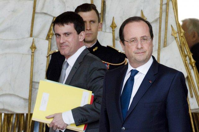 Manuel Valls (à gauche) est le nouveau premier... (PHOTO ALAIN JOCARD, AFP)