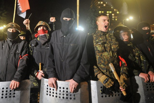 Des partisans dumouvement nationaliste Pravy Sektor à Kiev.... (Photo GENYA SAVILOV, AFP)