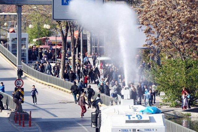 Les forces de l'ordre sont intervenues dans l'après-midi... (PHOTO ADEM ALTAN, AFP)