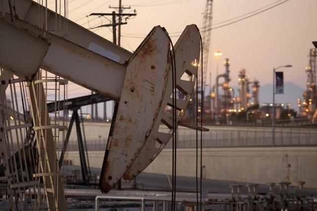 Le baril de «light sweet crude» (WTI) pour... (PHOTO DAVID MCNEW, ARCHIVES REUTERS)