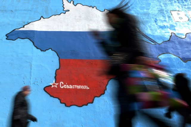 Une peinture murale à Moscou illustre une carte... (Photo: Archives AFP)