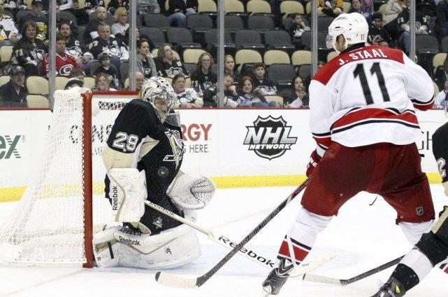 Le gardien des Penguins Marc-Andre Fleuryarrête un tir... (Photo Charles LeClaire, USA Today)