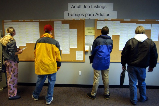 Les inscriptions hebdomadaires au chômage aux États-Unis ont reculé davantage... (Photo archives Bloomberg)