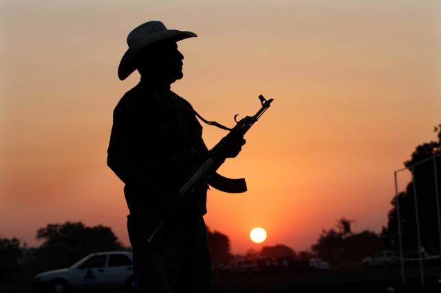 Un milicien monte la garde à proximité d'une... (PHOTO MARCO UGARTE, AP)