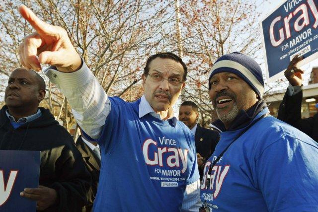 Le maire Gray (au centre) fait l'objet d'une... (PHOTO JIM BOURG, REUTERS)