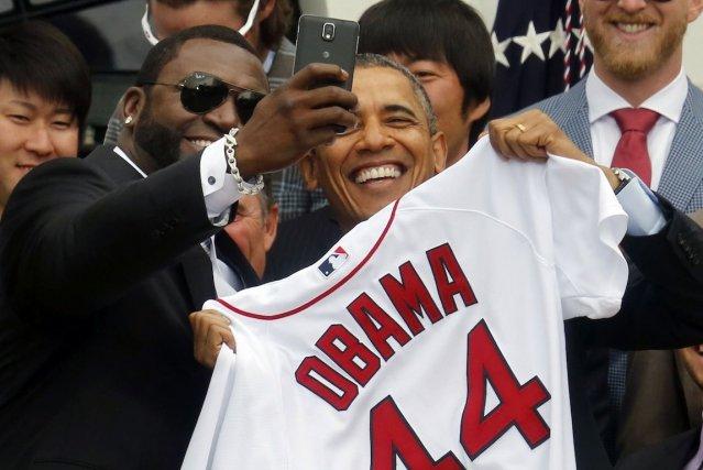 Barack Obama a posé devant le téléphone intelligent... (Photo Larry Downing, REUTERS)