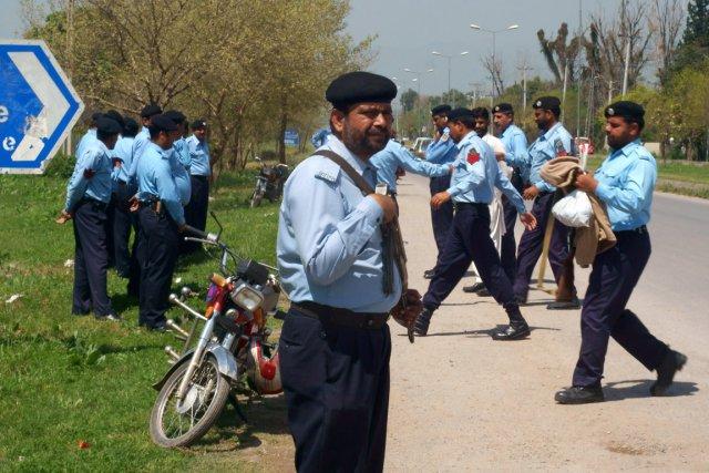 Des policiers arrivent à la résidence de l'ex-président... (PHOTO B.K. BANGASH, AP)
