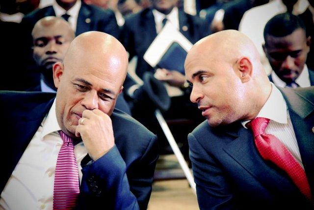Le premier ministre Gérard Lamothe (à droite) en... (PHOTO TIRÉE DE TWITTER)