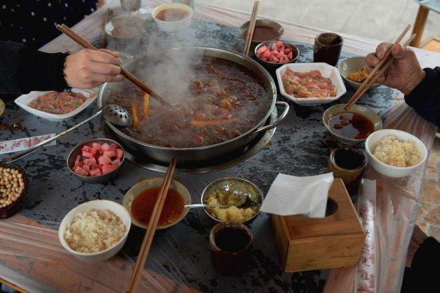 Appelée «hot pot» en anglais, la fondue sichuanaise... (Photo Mark RALSTON, AFP)