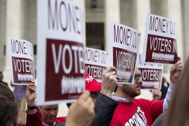 Des manifestants ont dénoncé le pouvoir de l'argent... (PHOTO DOUG MILLS, THE NEW YORK TIMES)