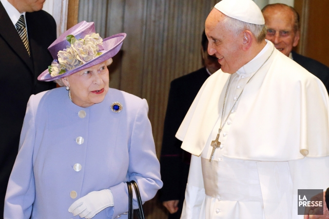 C'est la première fois que la souveraine, âgée... (PHOTO STEFANO RELLANDINI, AFP)