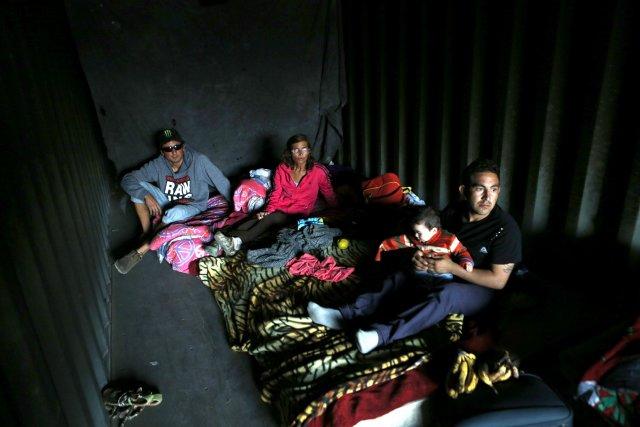 Des Chiliens réfugiés dans un conteneur.... (Photo IVAN ALVARADO, Reuters)
