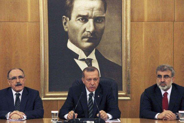 Le premier ministre Recep Tayyip Erdogan (au centre)a... (PHOTO REUTERS/STRINGER)