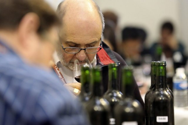Les dégustateurs sont répartis en groupes de quatre... (PHOTO NICOLAS TUCAT, AFP)