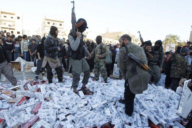 Des djihadistes de l'EIIL ont confisqué les cigarettes... (PHOTO REUTERS/STRINGER)