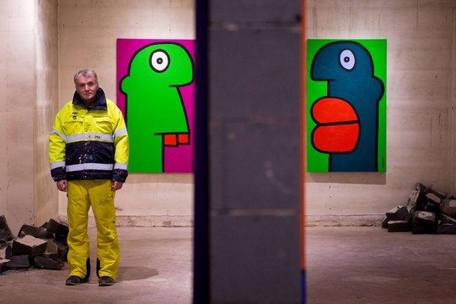 Thierry Noir présente deux de ses créations.... (Photo: AFP)
