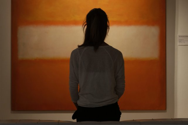 Une femme regarde un tableau de Mark Rothko, à... (Photo Lefteris Piraeakis, AP)