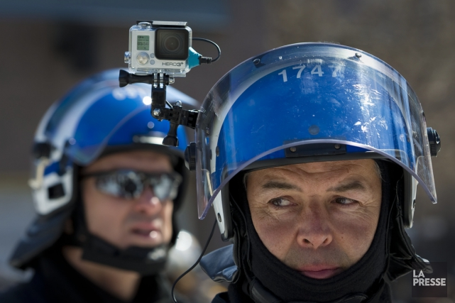 Un policier muni d'une caméra GoPro n'est pas passé inaperçu, jeudi, lors de la... (PHOTO ANDRÉ PICHETTE, LA PRESSE)