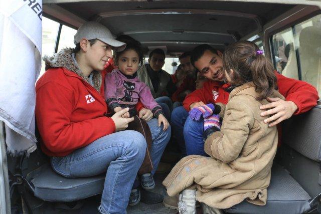Des volontaires syriens du Croissant-Rouge arabe syrien évacuent... (Photo fournie par la Croix-Rouge Canadienne)